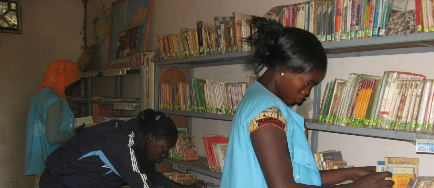 students getting books in the library _ Senegal
